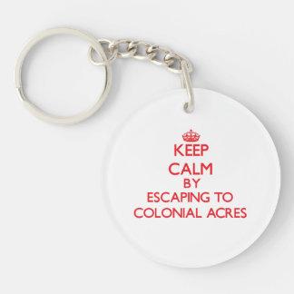 Guarde la calma escapándose a los acres coloniales llavero redondo acrílico a una cara