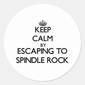 Guarde la calma escapándose para orientar la roca etiqueta redonda