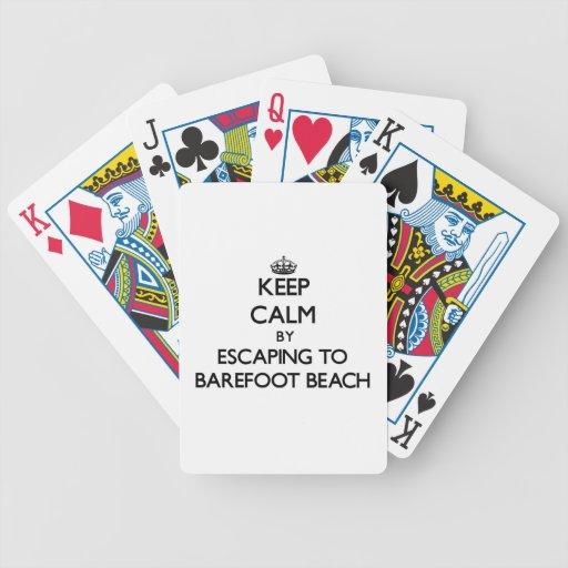 Guarde la calma escapándose para varar descalzo la barajas de cartas