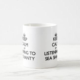 Guarde la calma escuchando la CHABOLA de MAR Taza Básica Blanca