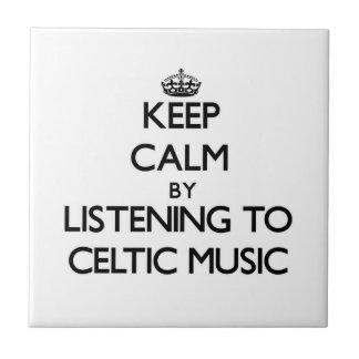 Guarde la calma escuchando la MÚSICA CÉLTICA Azulejo Cuadrado Pequeño
