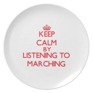 Guarde la calma escuchando MARCHAR Plato