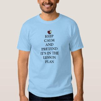 Guarde la calma, finja en plan de lección camisas
