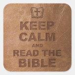 Guarde la calma leen la biblia pegatina cuadrada