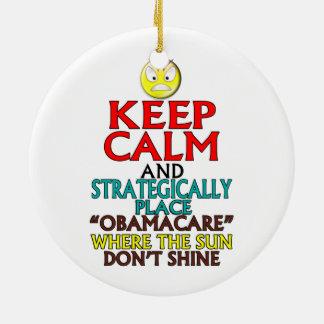 Guarde la calma -- Obamacare Adorno Redondo De Cerámica
