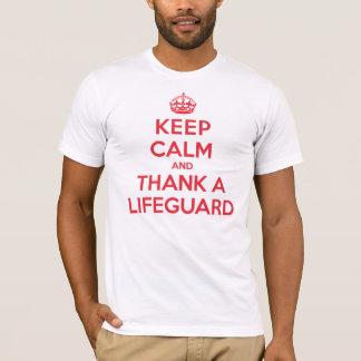 Guarde la calma para agradecer al salvavidas playera
