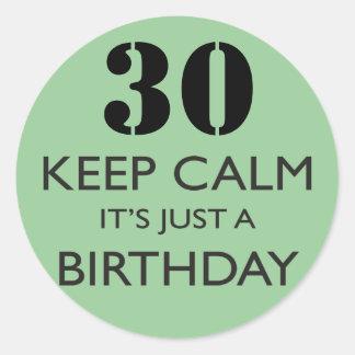 Guarde la calma que es apenas un cumpleaños pegatina redonda