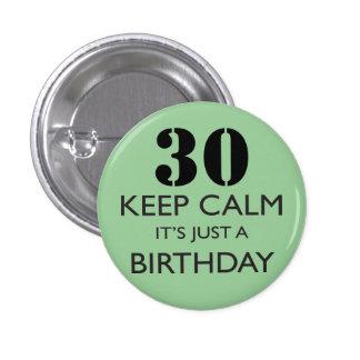 Guarde la calma que es apenas un cumpleaños pin redondo de 1 pulgada