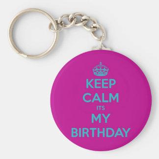 Guarde la calma que es mi cumpleaños llavero redondo tipo pin