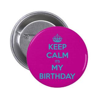 Guarde la calma que es mi cumpleaños pin redondo de 2 pulgadas