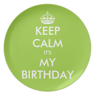 Guarde la calma que es mis placas del cumpleaños platos de comidas