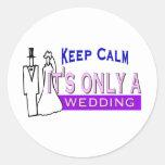 Guarde la calma que es solamente un boda pegatinas redondas