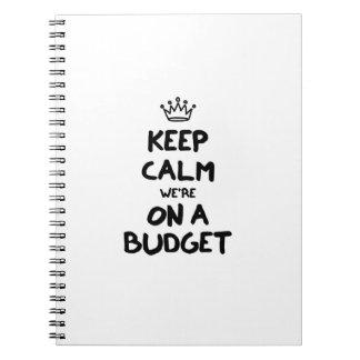 Guarde la calma que estamos en un presupuesto libro de apuntes con espiral