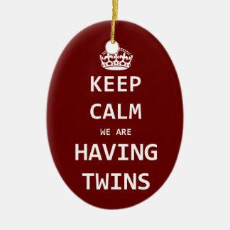 Guarde la calma que estamos teniendo gemelos adorno navideño ovalado de cerámica