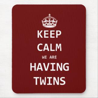 Guarde la calma que estamos teniendo gemelos alfombrilla de ratones