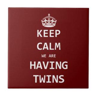 Guarde la calma que estamos teniendo gemelos teja  ceramica