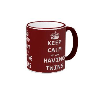 Guarde la calma que estamos teniendo gemelos taza