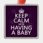 Guarde la calma que estamos teniendo un bebé (en c ornamento de navidad