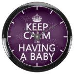 Guarde la calma que estoy teniendo un bebé relojes pecera
