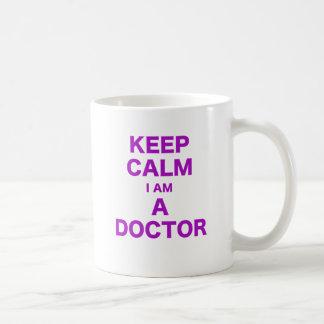 Guarde la calma que soy doctor taza clásica