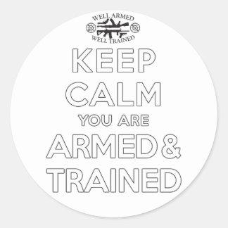 Guarde la calma que usted es armado y entrenado pegatina redonda