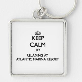 Guarde la calma relajándose en el centro turístico llavero personalizado