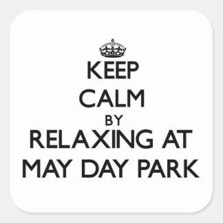 Guarde la calma relajándose en el parque Alabama Pegatina Cuadrada