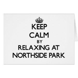 Guarde la calma relajándose en el parque nuevo tarjeta pequeña
