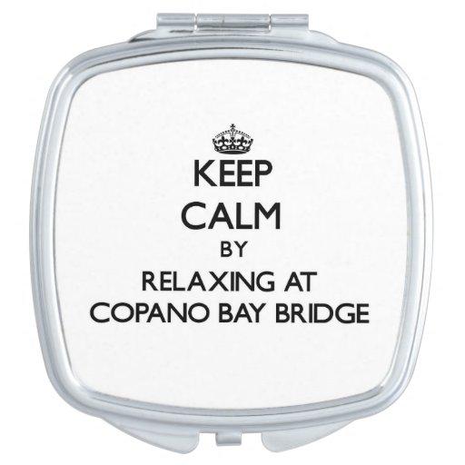 Guarde la calma relajándose en el puente Tejas de  Espejo Compacto