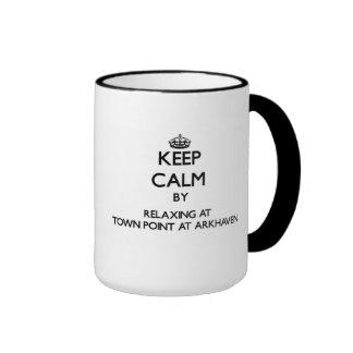 Guarde la calma relajándose en el punto de la taza a dos colores