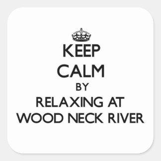 Guarde la calma relajándose en el río de madera Ma