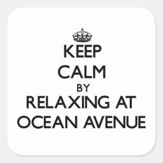 Guarde la calma relajándose en la avenida pegatina cuadrada