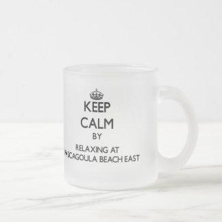 Guarde la calma relajándose en la playa al este taza cristal mate