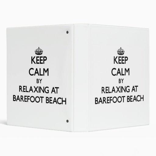 Guarde la calma relajándose en la playa descalza l