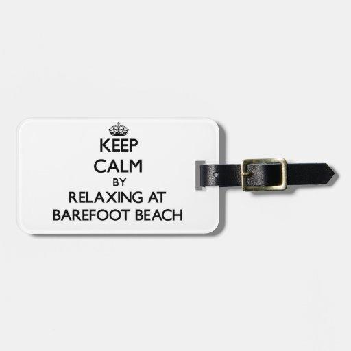 Guarde la calma relajándose en la playa descalza l etiqueta de equipaje