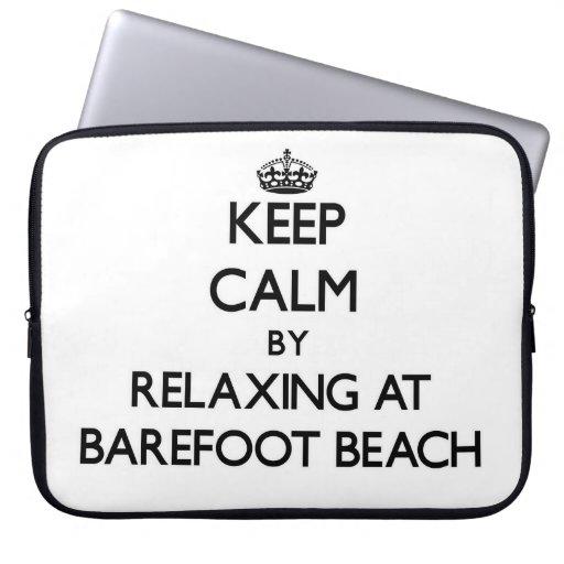 Guarde la calma relajándose en la playa descalza l mangas computadora