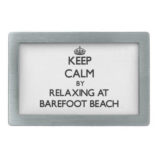 Guarde la calma relajándose en la playa descalza l hebillas cinturon rectangulares