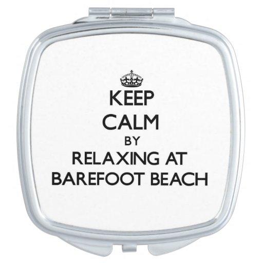 Guarde la calma relajándose en la playa descalza l espejo de maquillaje