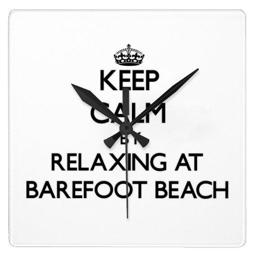 Guarde la calma relajándose en la playa descalza l relojes de pared