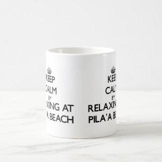 Guarde la calma relajándose en la playa Hawaii de Taza Básica Blanca