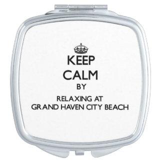 Guarde la calma relajándose en la playa magnífica  espejo maquillaje