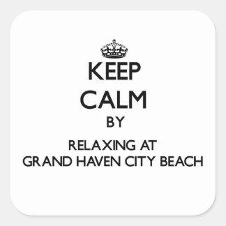 Guarde la calma relajándose en la playa magnífica pegatina cuadradas