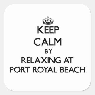 Guarde la calma relajándose en la playa real la calcomanía cuadradas