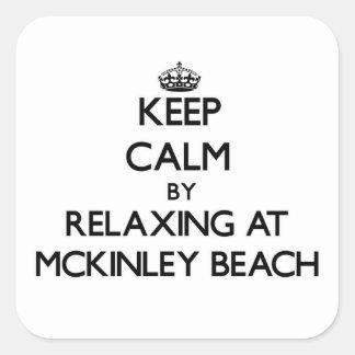 Guarde la calma relajándose en la playa Wisconsin Calcomania Cuadrada Personalizada
