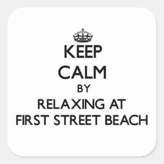 Guarde la calma relajándose en la primera playa pegatina cuadrada