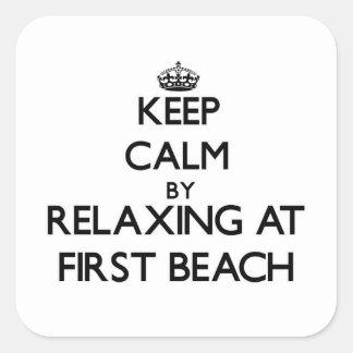 Guarde la calma relajándose en la primera playa