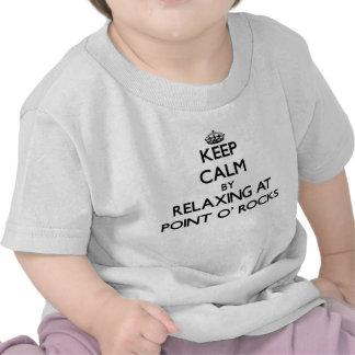 Guarde la calma relajándose en las rocas la camiseta