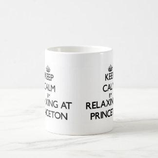 Guarde la calma relajándose en Princeton New Taza Básica Blanca