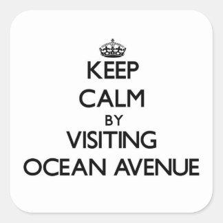 Guarde la calma visitando la avenida Massachusetts Pegatina Cuadrada