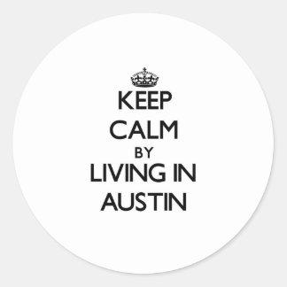Guarde la calma viviendo en Austin Pegatina Redonda